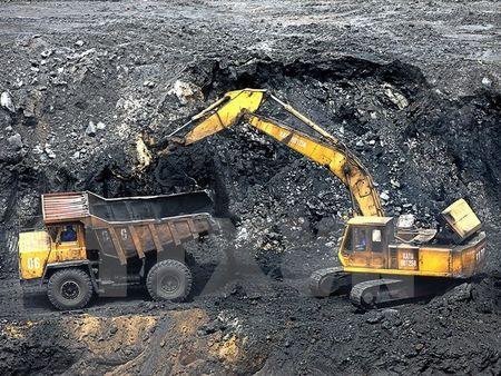 Quang Ninh xuat tren 33.000 tan than trong ngay dau nam - Anh 1