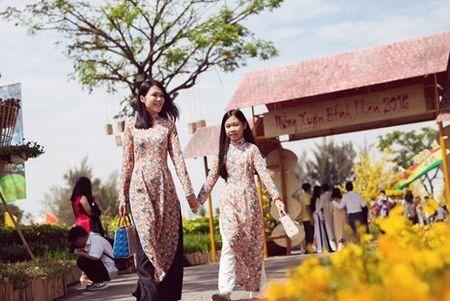 Dinh Y Nhung cung con gai tron chong dao pho dau xuan - Anh 1