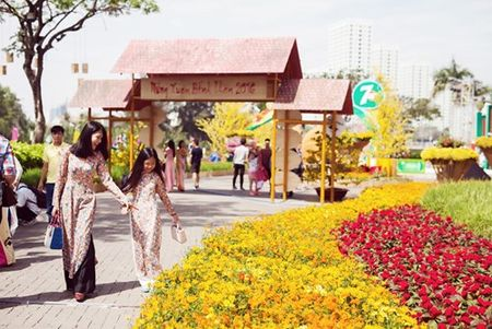 Dinh Y Nhung cung con gai tron chong dao pho dau xuan - Anh 2