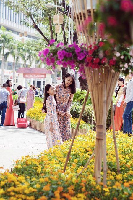 Dinh Y Nhung cung con gai tron chong dao pho dau xuan - Anh 5