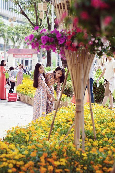 Dinh Y Nhung cung con gai tron chong dao pho dau xuan - Anh 7