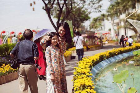 Dinh Y Nhung cung con gai tron chong dao pho dau xuan - Anh 8