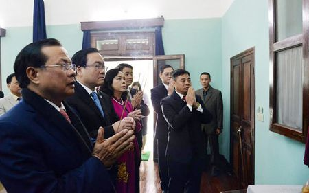 Lanh dao thanh pho Ha Noi dang huong tuong nho Chu tich Ho Chi Minh - Anh 1