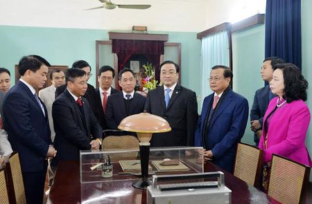 Lanh dao thanh pho Ha Noi dang huong tuong nho Chu tich Ho Chi Minh - Anh 2