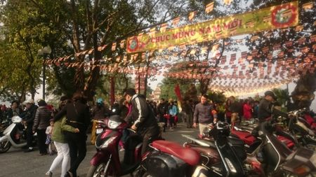 Ha Noi thanh binh dep lung linh ngay mung 1 Tet Binh Than 2016 - Anh 14