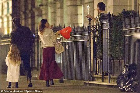 Harper Beckham khoe toc may di choi cung bo me - Anh 2