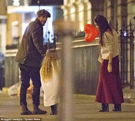 Harper Beckham khoe toc may di choi cung bo me - Anh 4