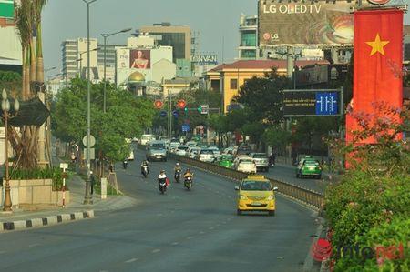 Nguoi Sai Gon dien ao am du xuan sang mung 1 Tet tren duong pho thenh thang - Anh 7