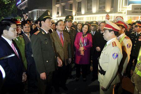 Luc luong chuc nang bao dam tot an ninh, trat tu phuc vu nhan dan vui Xuan, don Tet - Anh 1