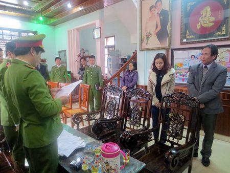 Giam doc va ke toan doanh nghiep tron thue hang ty dong - Anh 1