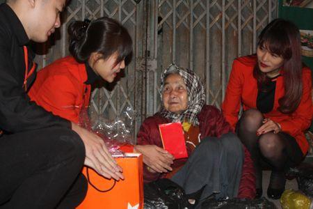 Hang hang khong Jetstar Pacific mang Tet am ap den nguoi dan lao dong Thu do - Anh 5