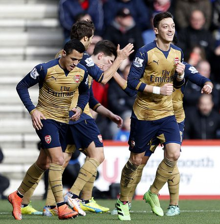 Ha Bournemouth 2-0, Arsenal tro lai duong dua vo dich - Anh 1