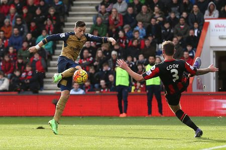Ha Bournemouth 2-0, Arsenal tro lai duong dua vo dich - Anh 2