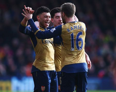 Ha Bournemouth 2-0, Arsenal tro lai duong dua vo dich - Anh 5