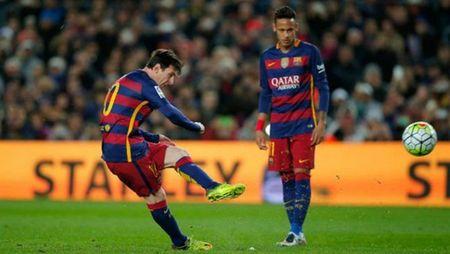 Messi dang no luc duoi theo Ronaldo - Anh 1
