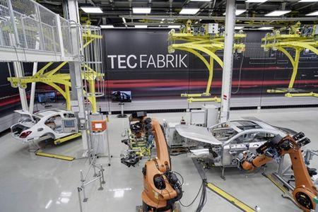 Mercedes-Benz 'sa thai' bot robot trong day chuyen san xuat - Anh 1