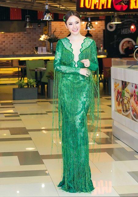 "Angela Phuong Trinh dien ""cay xanh"" quyen ru tren tham do - Anh 1"
