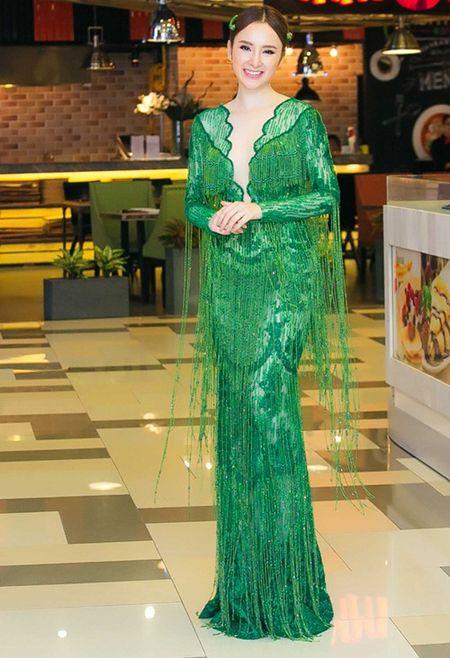 "Angela Phuong Trinh dien ""cay xanh"" quyen ru tren tham do - Anh 2"