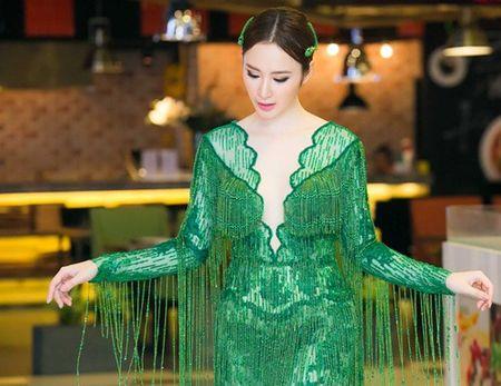 "Angela Phuong Trinh dien ""cay xanh"" quyen ru tren tham do - Anh 3"