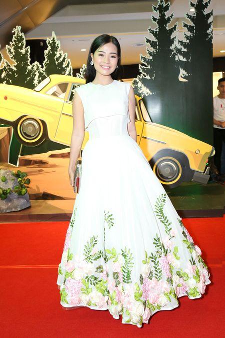 "Angela Phuong Trinh dien ""cay xanh"" quyen ru tren tham do - Anh 5"