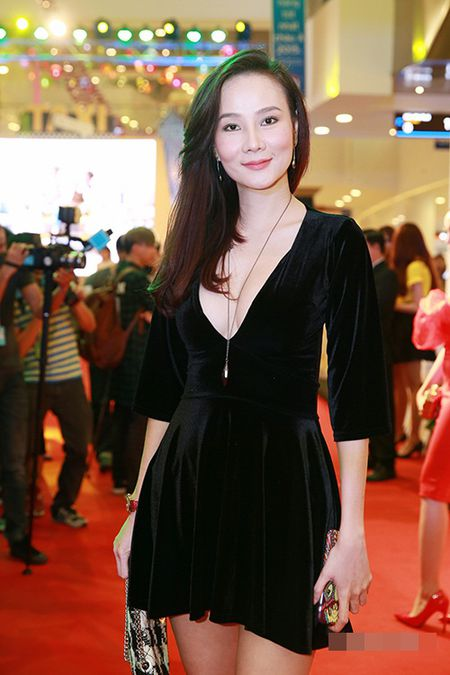 "Angela Phuong Trinh dien ""cay xanh"" quyen ru tren tham do - Anh 8"