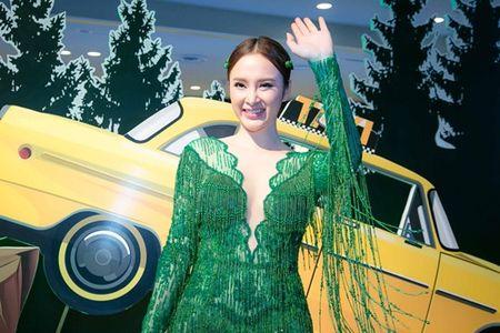 Angela Phuong Trinh xe truoc, ho sau noi bat tren tham do - Anh 8