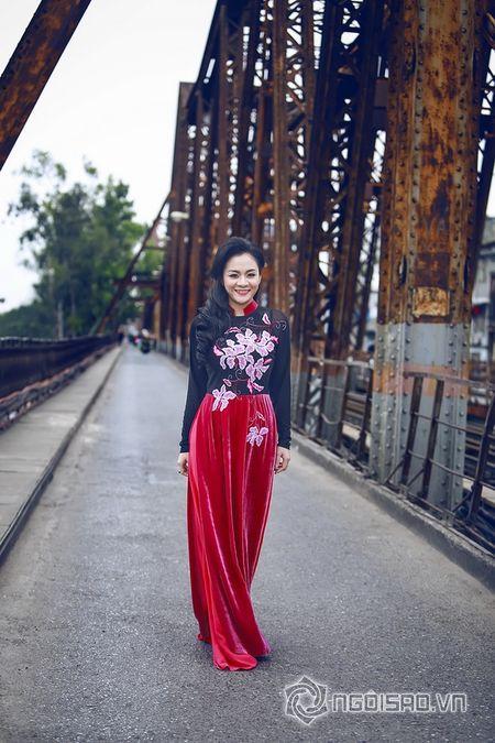A hau Quynh Mai dao pho thu do trong ta ao dai Duc Hung - Anh 10