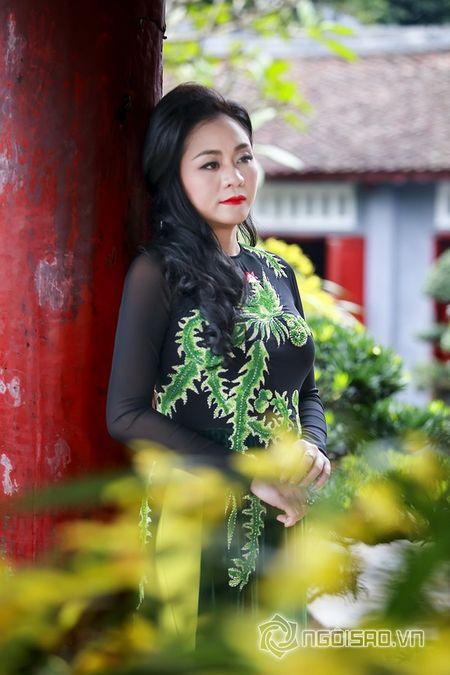 A hau Quynh Mai dao pho thu do trong ta ao dai Duc Hung - Anh 1