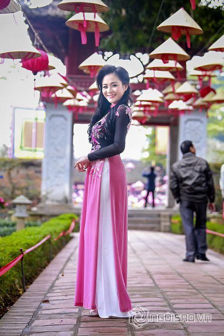 A hau Quynh Mai dao pho thu do trong ta ao dai Duc Hung - Anh 2