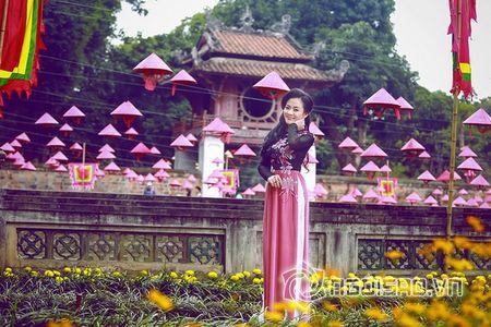 A hau Quynh Mai dao pho thu do trong ta ao dai Duc Hung - Anh 3