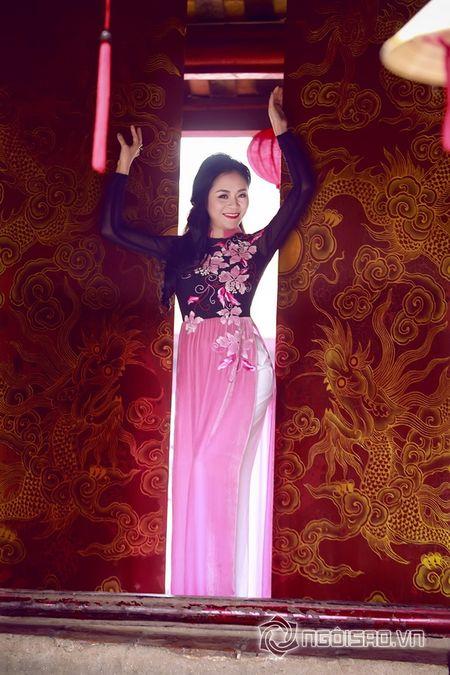 A hau Quynh Mai dao pho thu do trong ta ao dai Duc Hung - Anh 4