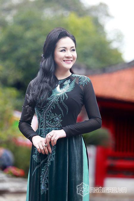 A hau Quynh Mai dao pho thu do trong ta ao dai Duc Hung - Anh 5