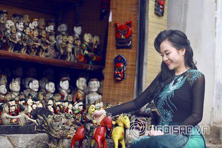 A hau Quynh Mai dao pho thu do trong ta ao dai Duc Hung - Anh 6