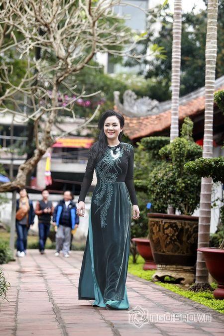 A hau Quynh Mai dao pho thu do trong ta ao dai Duc Hung - Anh 7