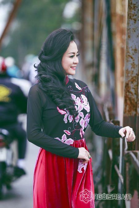 A hau Quynh Mai dao pho thu do trong ta ao dai Duc Hung - Anh 8
