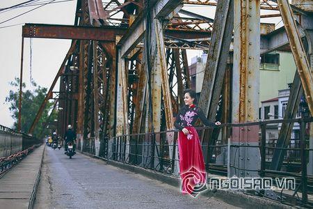 A hau Quynh Mai dao pho thu do trong ta ao dai Duc Hung - Anh 9