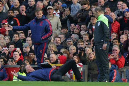 Cuc di: Chelsea hoi sinh nho... bong nem va rugby - Anh 2