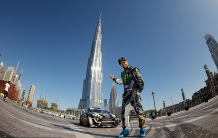Man drift dao 1 ngay tai Dubai cung Ford Fiesta ST do - Anh 1