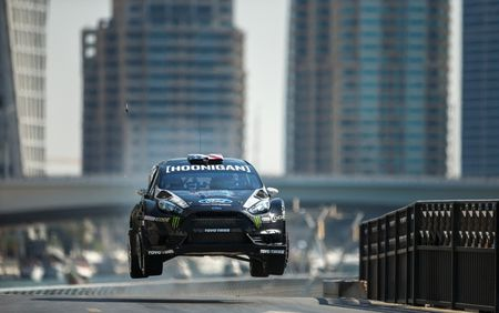 Man drift dao 1 ngay tai Dubai cung Ford Fiesta ST do - Anh 6