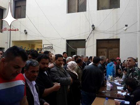 1200 nguoi roi khoi thi tran cua quan phien loan o mien nam Syria - Anh 5