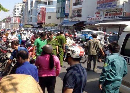 TP.HCM: Nguoi dan ong chay xe om chet bat thuong tren via he - Anh 1