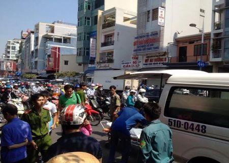 TP.HCM: Nguoi dan ong chay xe om chet bat thuong tren via he - Anh 2