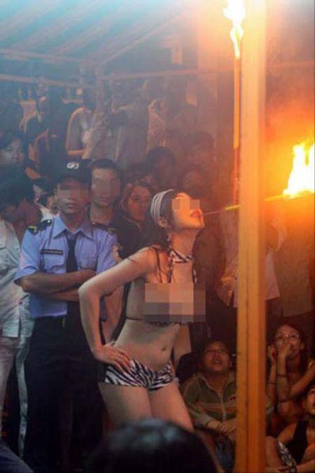 Phan cam voi man thoat y cua cac 'hotgirl' tai dam ma - Anh 8