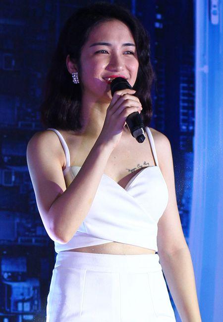 Hoa Minzy mac sexy khoe ten Cong Phuong tren nguc - Anh 1