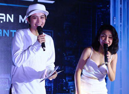 Hoa Minzy mac sexy khoe ten Cong Phuong tren nguc - Anh 2