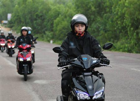 Hoa Minzy mac sexy khoe ten Cong Phuong tren nguc - Anh 6