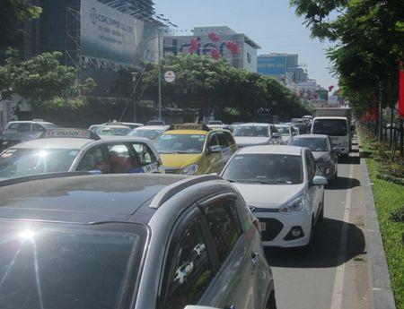 Un u… ket xe trien mien xung quanh san bay Tan Son Nhat - Anh 2