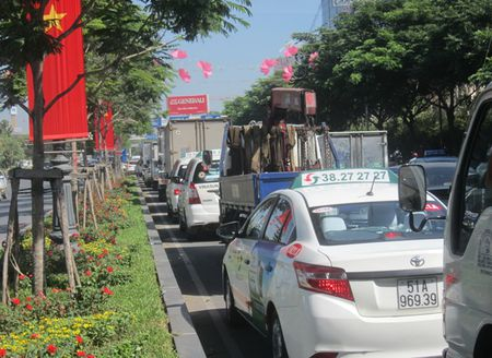 Un u… ket xe trien mien xung quanh san bay Tan Son Nhat - Anh 4