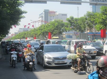 Un u… ket xe trien mien xung quanh san bay Tan Son Nhat - Anh 5