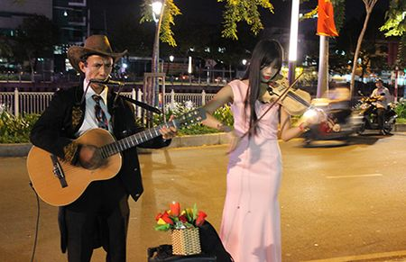 Anh cong nhan lam nghe si duong pho Sai Gon - Anh 1